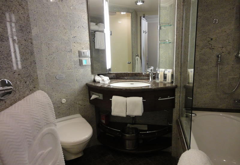 Oceania Riviera bathroom