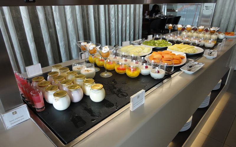 breakfast buffet yoghurt and fruit
